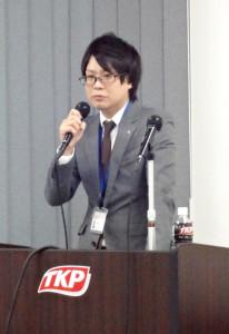弊社不動産事業部の佐藤貴則。空き家問題の解決策について講演。