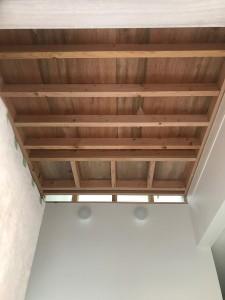 根太と呼ばれる材料で床を組んでいきます。