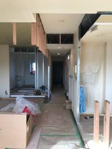 キッチン横の和室はリビングと一体的に使えるようフローリング貼にし、コーナー間仕切りの建具を取り付けます。